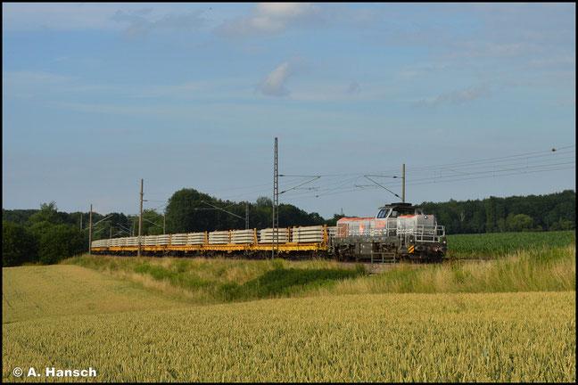 Ein weiteres Mal fand die exotische Baureihe am 10. Juli 2021 nach Chemnitz. Mit Schwellenzug passiert 4185 026-6 das Feld in Chemnitz-Furth