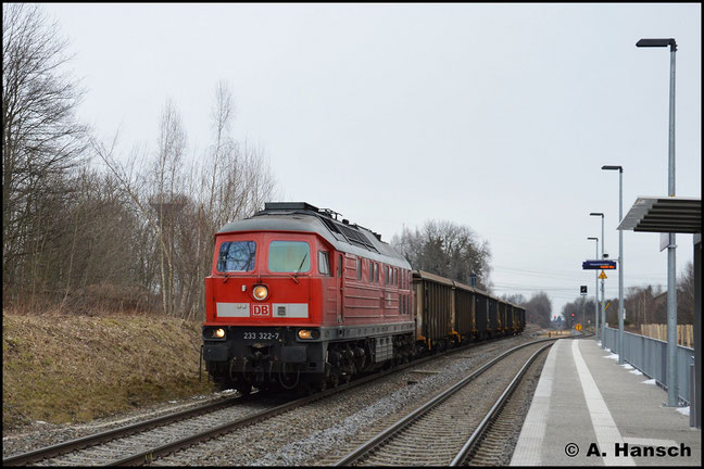 233 322-7 zieht am 15. Februar 2018 den, wegen der Kälte aus E-Wagen gebildeten, Gipsleerzug Großkorbetha - Chemnitz-Küchwald durch Wittgensdorf ob. Bf.
