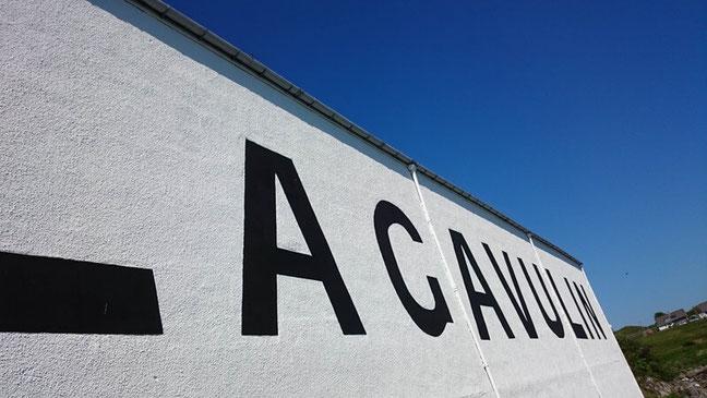 Die Lagavulin-Destillerie auf Islay bei schönstem Wetter