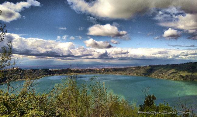 Veduta del Lago di Albano e della residenza Papale