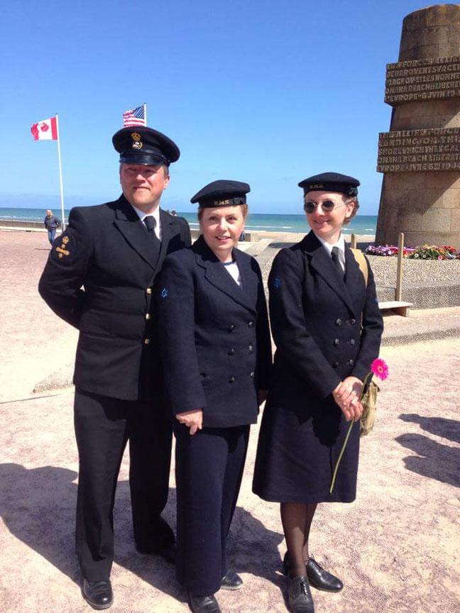 Cérémonie Omaha Nurses Return accompagné de collectionneurs britanniques en tenue de la Royale Navy.