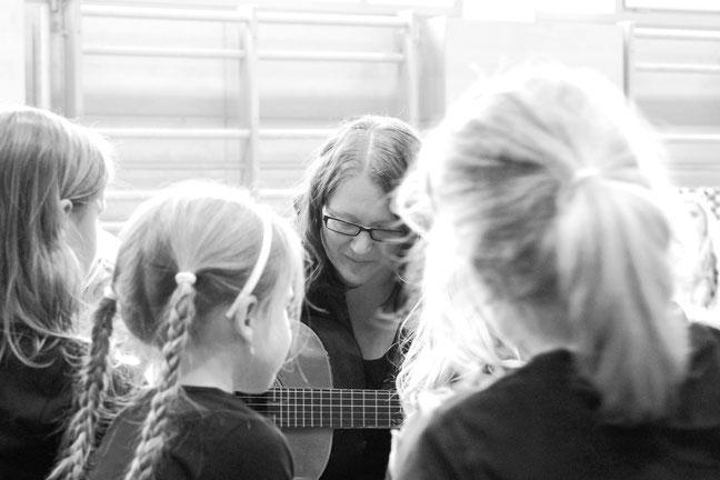 Carinna Gitarre Spiel mit Kindern