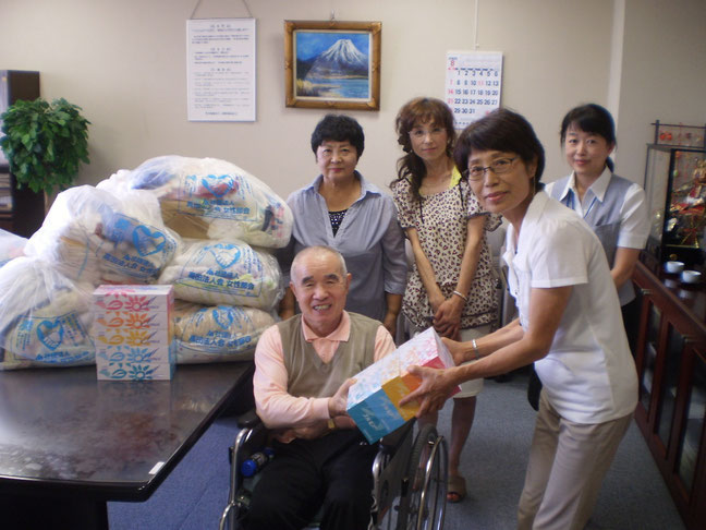 今日の贈呈式の一コマ。高田法人会の皆さんと記念に一枚。心温まるご寄付をありがとうございます!