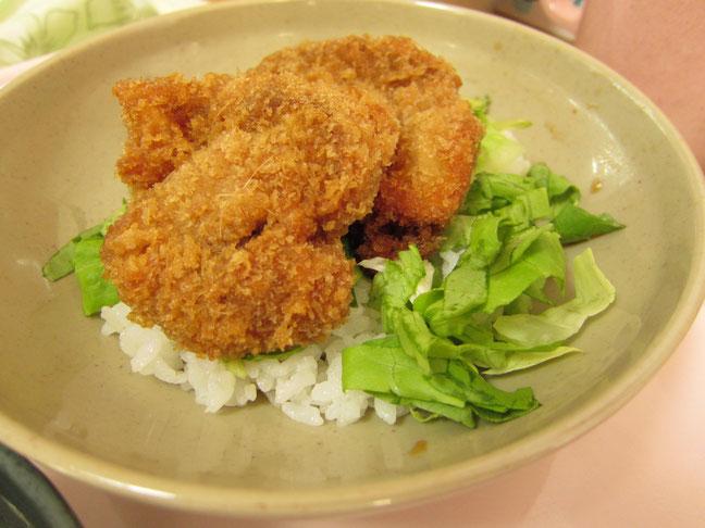 リクエスト食の第一弾は、新潟グルメの代表格である「タレかつ丼」です。仕込みから盛り付けまで、一生懸命作りました