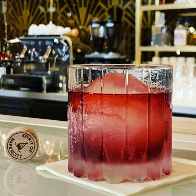 Negroni mit 20457 Hafencity Gin Navy Strength –kreiert von Carolin Thompson in der O.V.A.L. Bar im The Ding RooM des Hotels Fraser Suites Hamburg