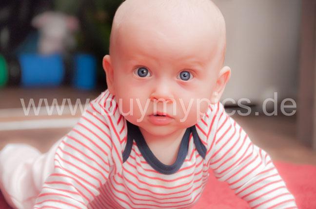 Kleines süßes Baby Mädchen mit gblauen Augen Babygesicht mit grauen Augen schaut in die Kamera Babyfoto Babygesicht Spielendes Kind Kleinkind Kinder Kindergarten Krippe