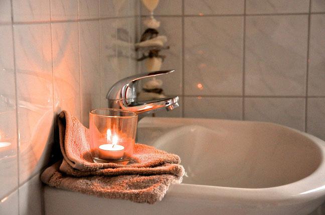 Wohlfühl-Atmosphäre im Badezimmer, die Toilette ist in einem separaten Raum.