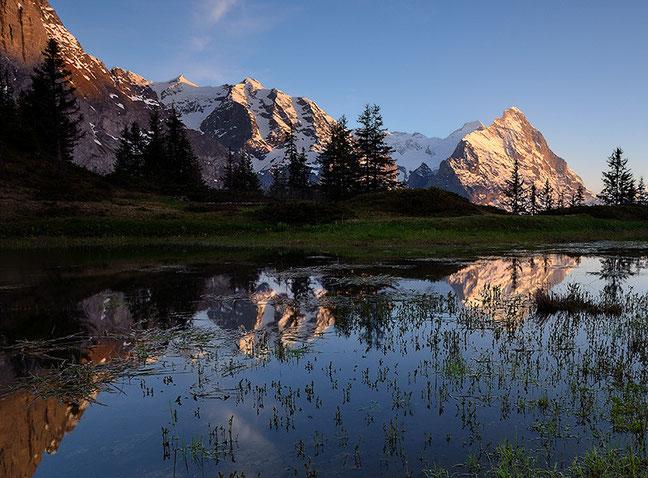 Bergsee im Abendlicht mit Blick zum Eiger