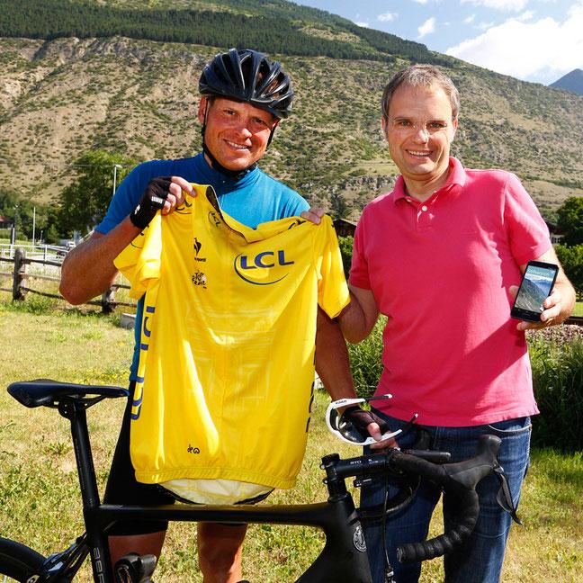 Mit gelbem Trikot und neuer App: Jan Ullrich mit Josef Bernhart vor dem Start auf die Cima Coppi © Sabine Jacob