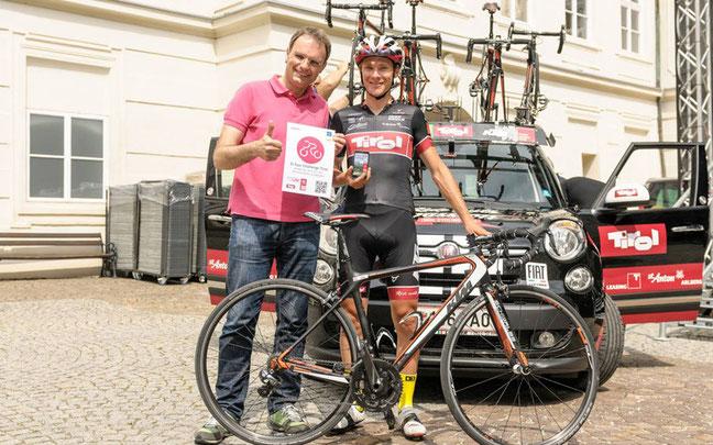 EURAC-Forscher Josef Bernhart übergibt Team-Kletterer David Wöhrer die Challenge App Tirol © Ulrich Huber & Cycling Team Tirol