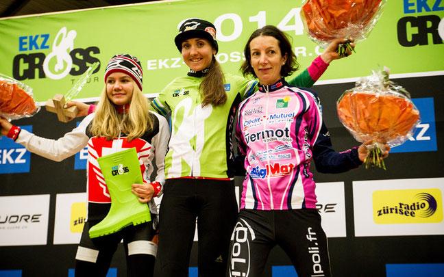 Siegerpodest Gesamtwertung Frauen: Lechner (Mitte), Frei (l.) und Vaxillaire (r.)  ©Steffen Müssiggang
