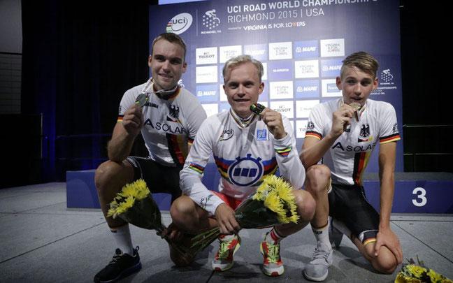 U23-Podium Zeitfahren: Schachmann (l.) und Kämna (r.) mit Weltmeister Mads Wurtz Schmidt aus Dänemark © BDR Medienservice