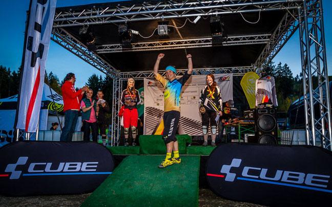 Damensiegerin Ines Thoma (m.), dahinter Sofia Wiedenroth (l.) und Raphaela Richter (r.) ©Martin Munker