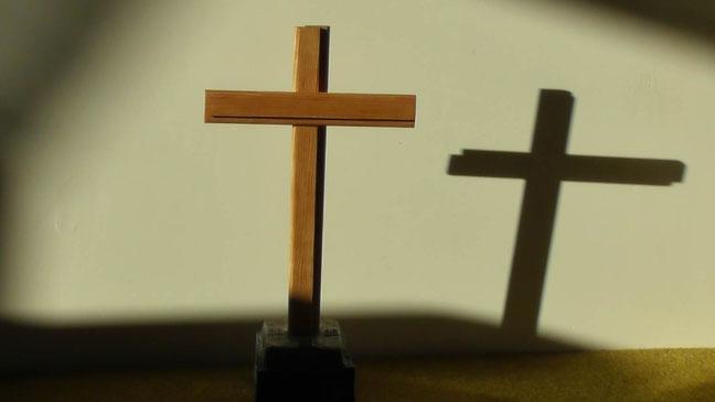 Dieses Holzkreuz auf Basalt ist der Ursprung göttlicher Glaubensoffenbarungen