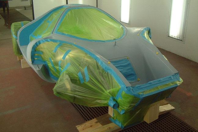 Die Fahrzeugzelle vorbereitet für den Auftrag der ersten Schicht Basislack
