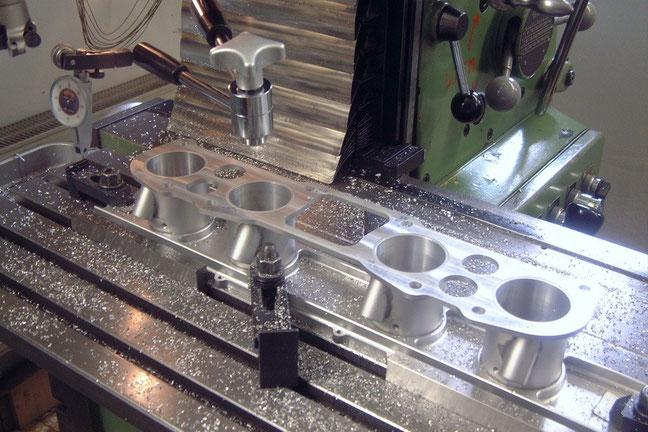 Fräsbearbeitung an einem Schieberdrosselgehäuse (dient der Motorsteuerung)