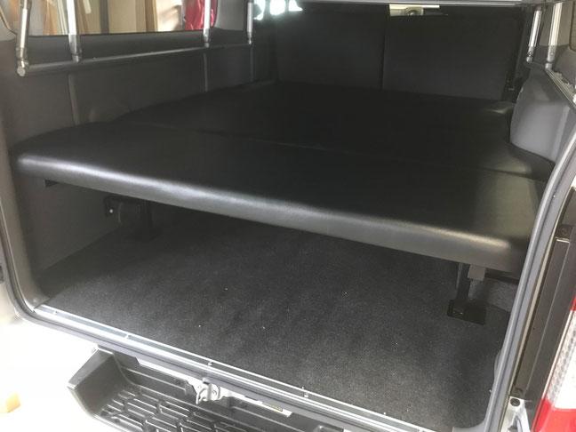 NV350キャラバンで車中泊やキャンピングを楽しめる二段ベッドを装着しました。