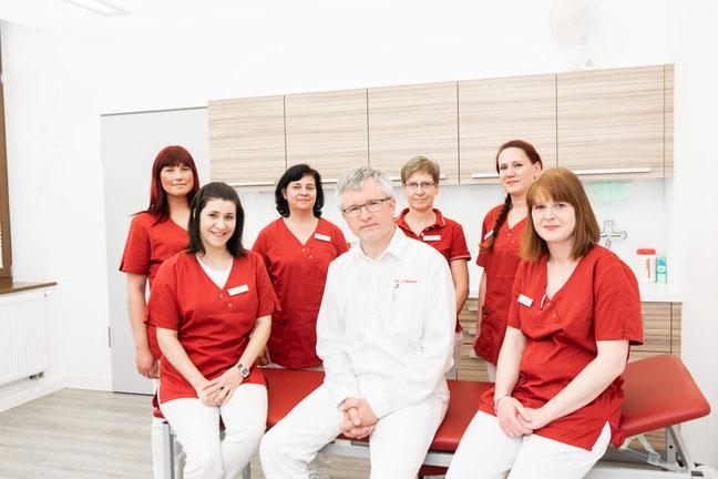Yvonne Heucke (Krankenschwester, Diabetesassistentin), Simone Heucke (Praxismanagerin), Dr. med. Ulrich Heucke, Sibylle Kügler (Patientenannahme), Sandra Strahl (Arzthelferin), Sabrina Harting (Medizinische Fachangestellte).