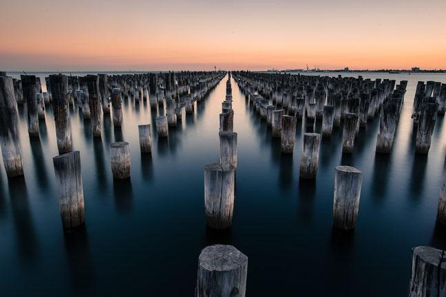 In deze foto is mooi gebruik gemaakt van lijnen (richting de horizon) en herhaling (de paaltjes)!