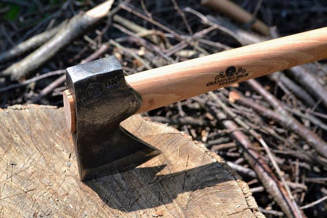 グレンスフォシュ・ブルーク 薪割り 焚き付け作り