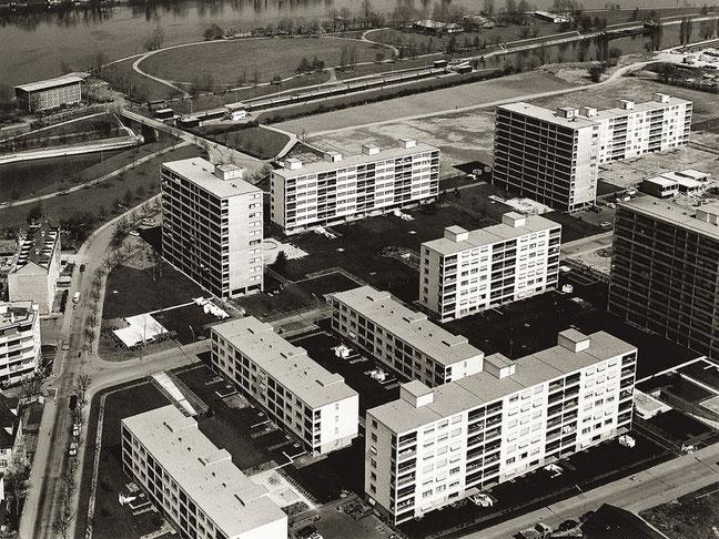 Die Siedlung Sternenfeld nach Fertigstellung der ersten Bauetappe (um 1969). Oben links das Hochhaus, in dem sich heute der Hauptsitz der EBG befindet.