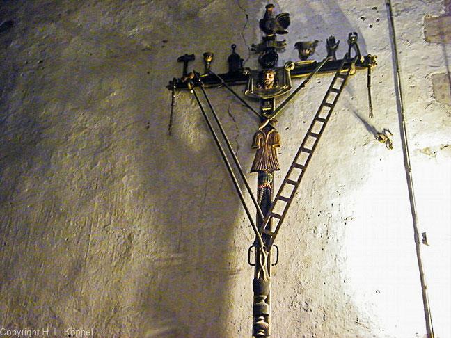 Bild: Outragekreuz mit Folterwerkzeugen in der Kirche St. Etienne in Ille-sur-Têt