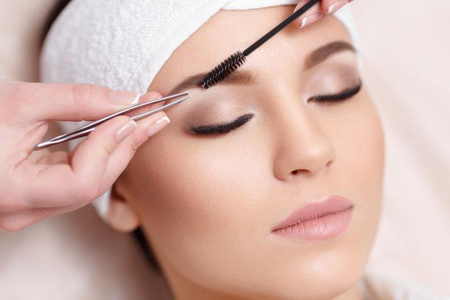 Frau bei der Kosmetik