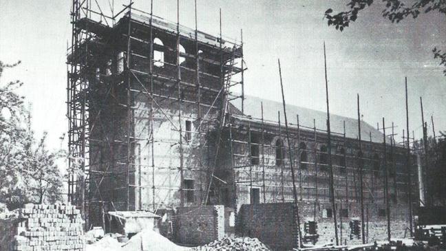 Das Kirchenschiff ist vollendet, dem Turm fehlt nur noch der Dachstuhl und auch das Pfarrhaus wurde bereits begonnen