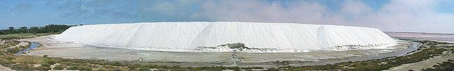 Camelle (montagne) de sel à Salin-de-Giraud. By Rolph Süssbrich/Wikimedia [CC-BY-SA 3.0]