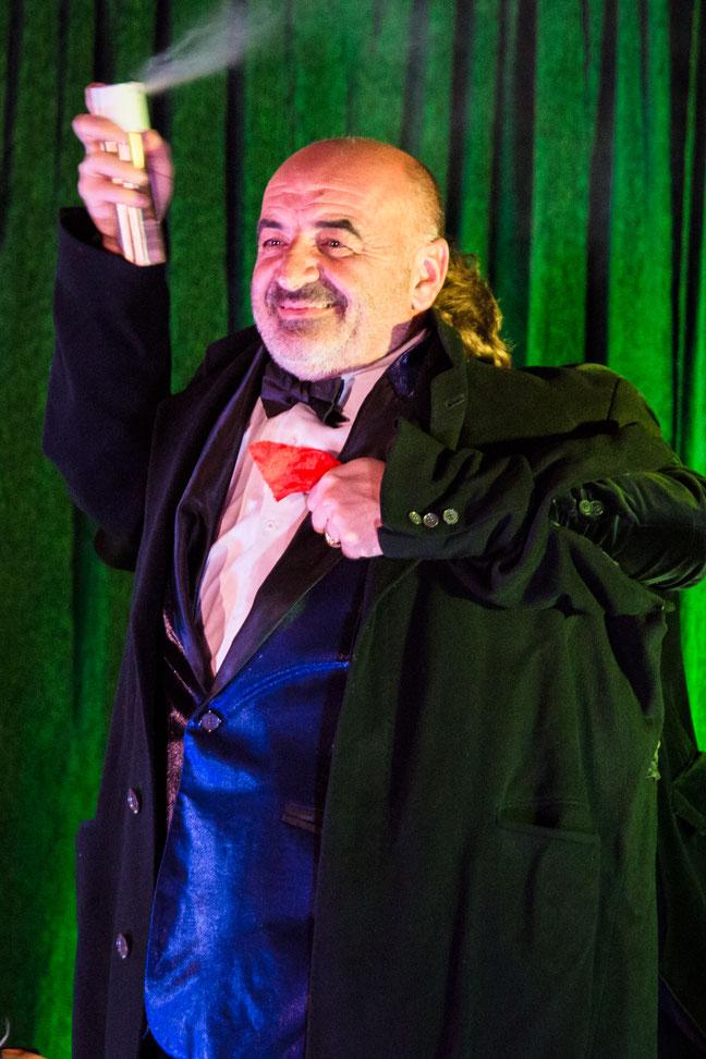 Le magicien Stephen Lucy fait un tour de magie à l'occasion d'un mariage et fait léviter la mariée.
