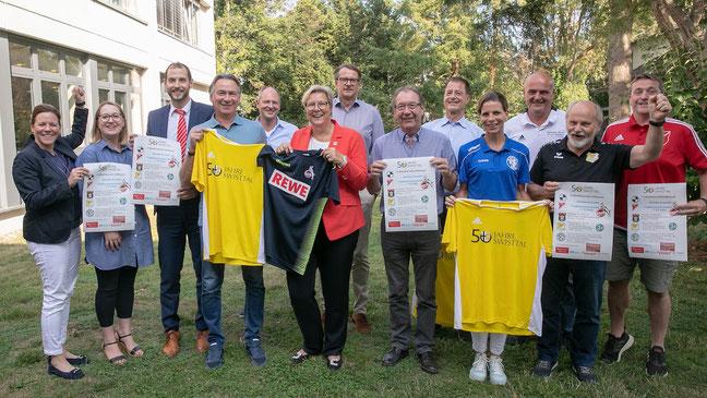 Vertreter der Gemeinde, der fünf Vereine und Stefan Engels vom 1. FC Köln auf der Pressekonferenz am 8. August im Rathaus der Gemeinde Swisttal (Foto: Volker Jost)