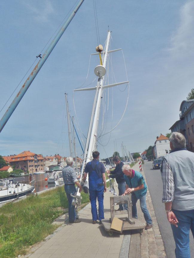 Die letzte Anspannung des Tages: der Mast wird gelifted und sogleich an Deck abgestellt