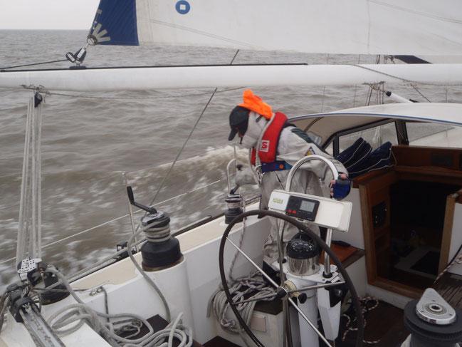Der Skipper fleißig am Trimmen