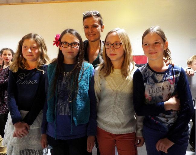 L'équipe de l'école de Longpré les corps saints championne 2016 accompagnée du professeur des écoles