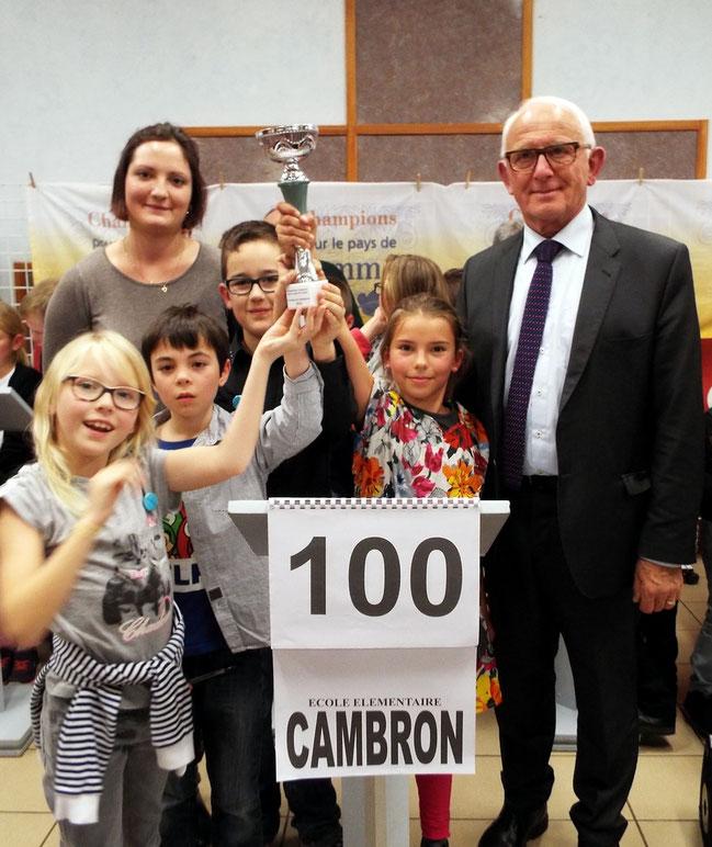 L'équipe de l'école de Cambron championne 2016 accompagnée du professeur des écoles et du Député de la Somme, Président de la Communauté de communes de Nouvion