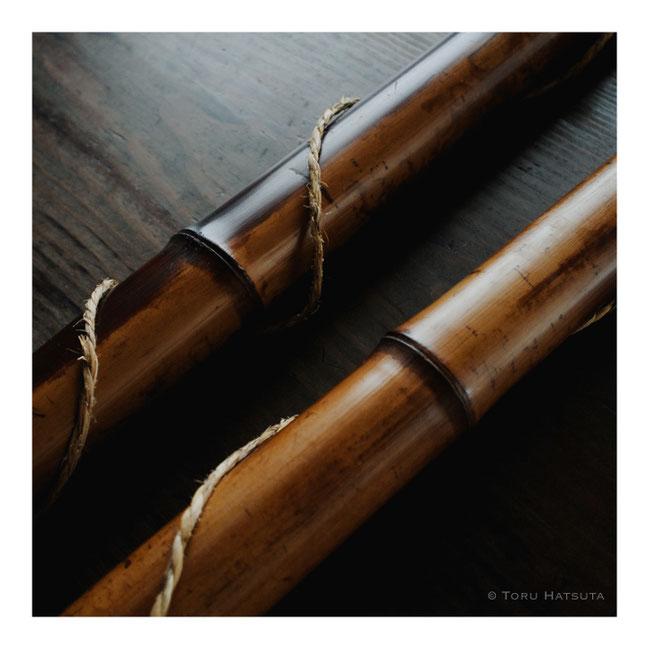 太い煤竹。竹同士が擦れないよう荒縄を巻いて
