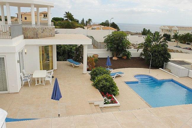 Blick auf den Pool-bereich der Villa.