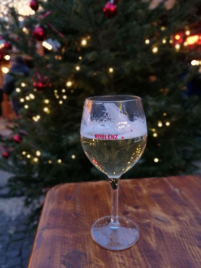In Koblenz auf dem Weihnachtsmarkt wird stilecht getrunken. So was Schönes! Ein Chardonnay-Glühwein aus solch einem Glas....lecker!