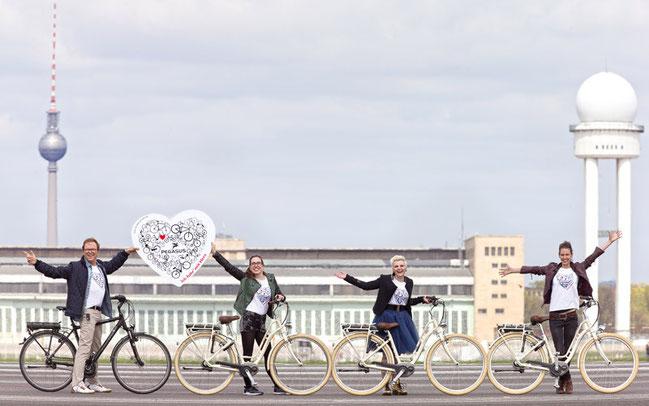 Gemeinsam mit Moderator Wolfgang Lippert bauten Yvonne, Elsa und Natalie von Elaiza auf dem Tempelhofer Flugfeld  schon einmal den Anfang einer Fahrradschlange ©Kai Bublitz