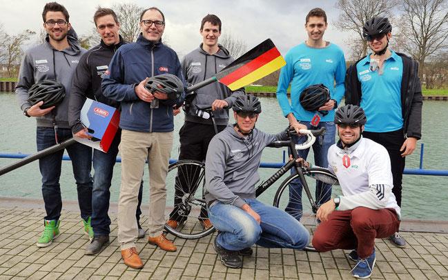 Die Besatzung des Deutschland-Achters nimmt mit Abus-Helmen das Radfahren ins Vizzier ©Abus