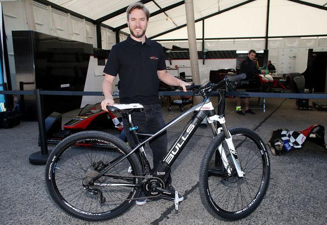 Heidfeld zeigte sich begeistert vom Bulls E-Bike mit Brose-Antrieb © Brose Antriebstechnik