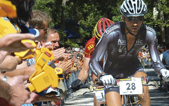 Manuel Fumic bei einem der ersten Rennen im Hexenkessel von Albstadt © kg