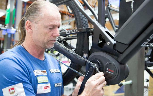 Denis Katzer begutachtet den Bosch-Antrieb ©Bosch E-Bike Systems