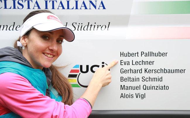Stolz: Eva Lechner mit dem neuen Team-Bus des italienischen Radsportverbandes FCI in Südtirol ©FCI