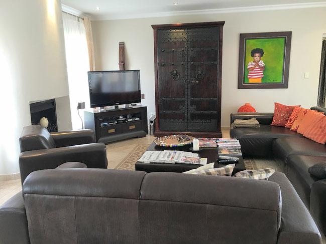 Ferienhaus Kleinberger Wohnen. Im Wohnzimmer, das mit offenem Kamin ausgestattet ist, sorgt eine Dolby Surround Anlage für einen optimalen Hörgenuss.