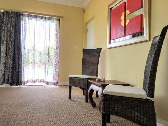 Die Vorhänge sind nicht nur schön, sie sind auch mit Sunblockern hinterlegt, damit es im Zimmer nich zu heiß wird.