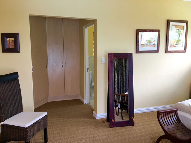 Das Geparden-Zimmer ist mit einem großzügigen, begehbaren Schrank ausgestattet.