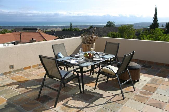 Die Terrasse im 1. Stock mit traumhaften Blick in die Fals-Bay, zum Kap der guten Hoffnung und bis zum Tafelberg.