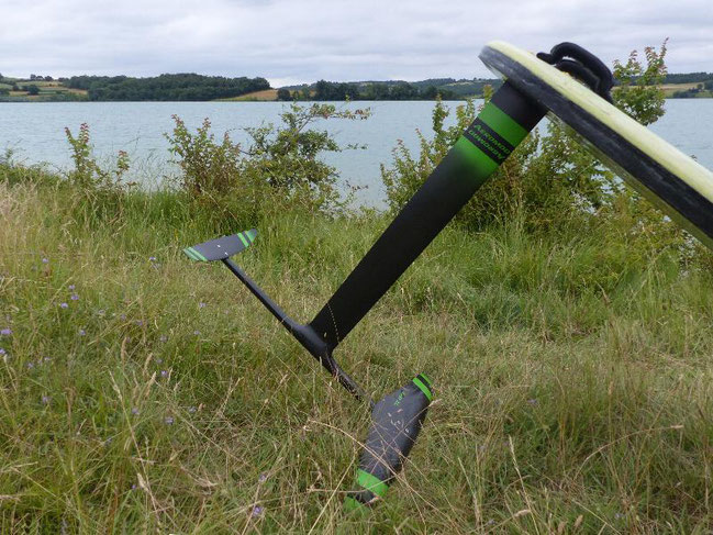 deux windfoils aeromod version 2, un noir et rose, un noir et vert, à la Ganguise au bord de l'eau avec leur flotteur de planche à voile