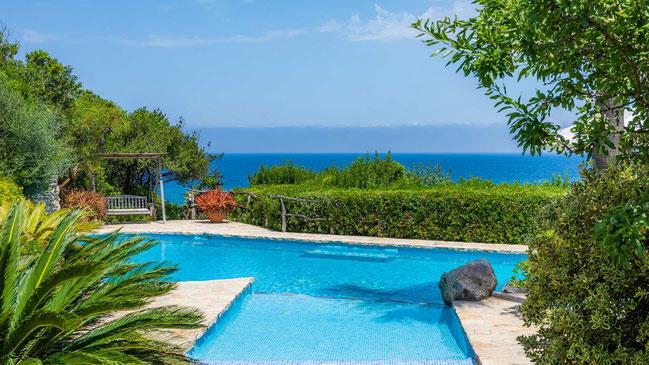 Pool der Finca ses Figueras auf Mallorca mit Meerblick